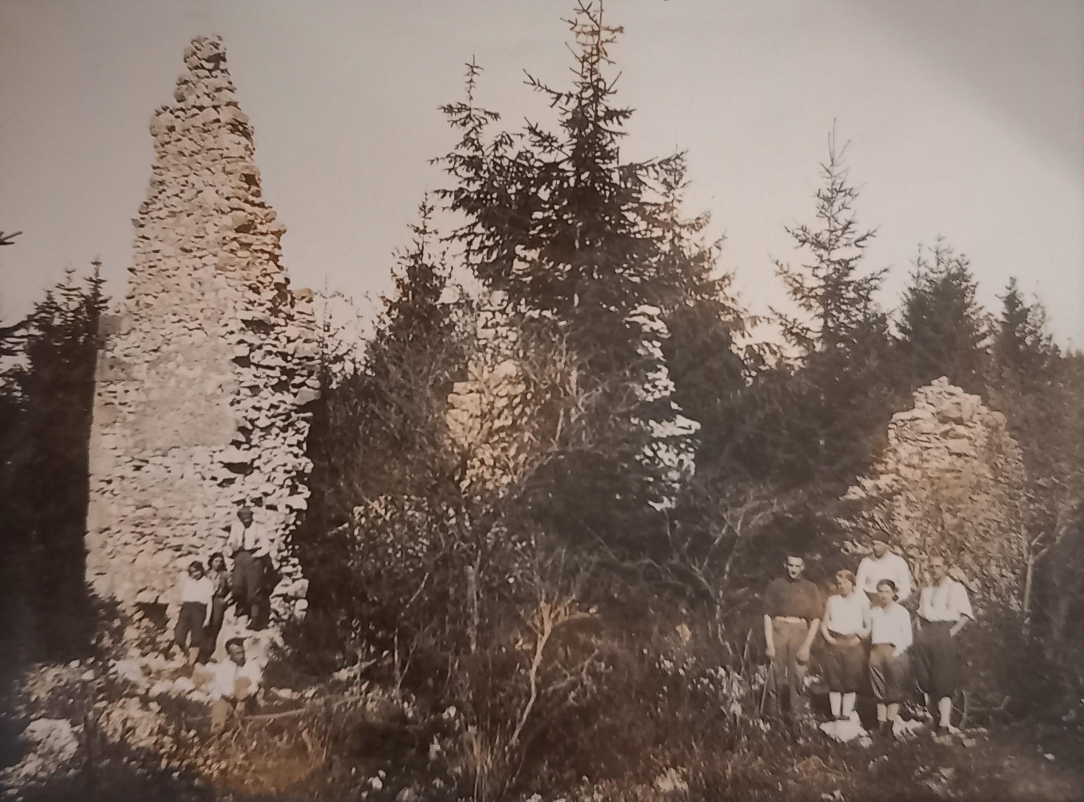 Vruinách kartuziánskeho kláštora vmáji 1930